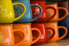 Rangées de tasse colorée Images stock
