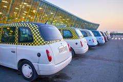 Rangées de taxi classique dans l'aéroport de Bakou Image libre de droits