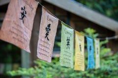 Rangées de vieux drapeaux avec les hiéroglyphes chinois photos stock