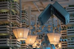 Rangées de vieux lampadaires à l'envers avec des abats-jour de textile de dentelle installés sur le plafond Standard-lampes avec  images stock