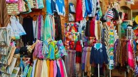 Rangées des écharpes en soie colorées accrochant à un marché Photos libres de droits