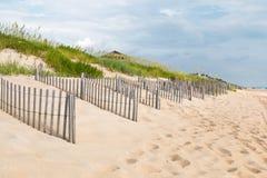 Rangées des barrières de sable à la tête de petits chevaux, la Caroline du Nord photo libre de droits