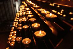 Rangées des bougies dans une église Image libre de droits