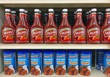 Rangées des bouteilles de ketchup du ` s de chasse et de la soupe à Progresso Photos libres de droits