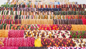Rangées des bracelets colorés Image stock
