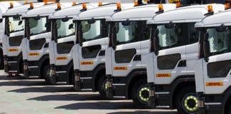 Rangées des camions de DHL images stock