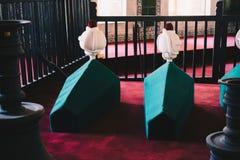 Rangées des cercueils en tombe de mausolée de tabouret images stock