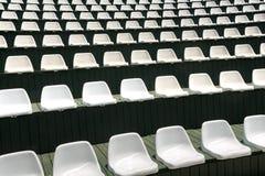 Rangées des chaises blanches vides dans le hall d'été pour des concerts de mise en oeuvre images stock