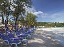 Rangées des chaises de bain de soleil sur la plage Photographie stock libre de droits