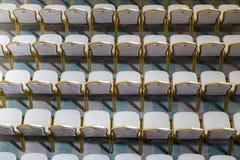 Rangées des chaises en bois dures traditionnelles avec le coussin et le golde mous photos libres de droits