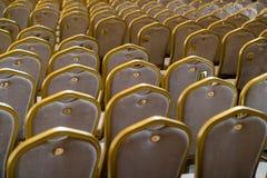 Rangées des chaises en bois dures traditionnelles avec le coussin et le golde mous photo libre de droits