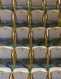 Rangées des chaises en bois dures traditionnelles avec le coussin et le golde mous image stock