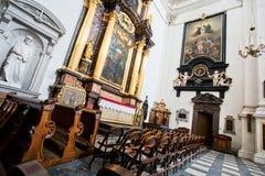 Rangées des chaises pour la congrégation à l'intérieur de l'église Photo libre de droits