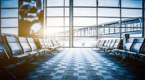 Rangées des chaises vides à l'aéroport en Chine Image stock