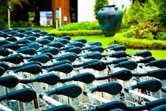 Rangées des chariots à lugage à la porte de salon d'arrivée et de départ d'aéroport photo stock