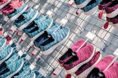 Rangées des chaussures sportives colorées dans le marché de magasin de chaussures de sports photo libre de droits