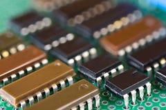 Rangées des circuits intégraux sur la carte électronique Images libres de droits