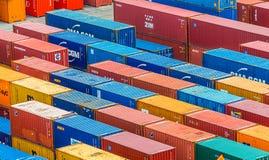 Rangées des conteneurs de marchandises colorés images stock