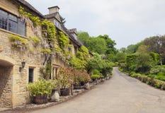 Rangées des cottages en pierre dans le village de Cotswolds Images stock