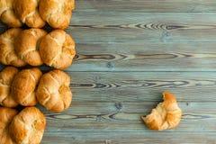 Rangées des croissants fraîchement cuits au four dans une frontière latérale photographie stock libre de droits