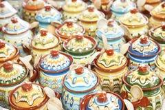 Rangées des cruches en céramique Images stock