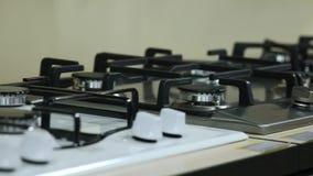Rangées des cuisinières à gaz se vendant dans le magasin d'appareil ménager banque de vidéos