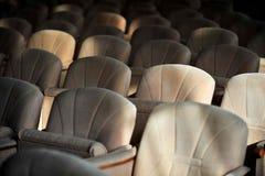 Rangées des fauteuils beiges de velours Photographie stock libre de droits