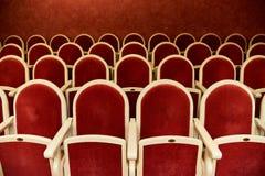 Rangées des fauteuils rouges images libres de droits