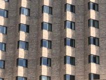 Rangées des fenêtres sur l'immeuble de brique Photo libre de droits