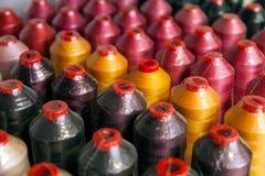 Rangées des fils de haute qualité de couleur différente Photographie stock libre de droits