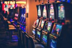 Rangées des machines à sous de casino image stock