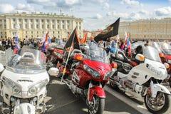 Rangées des motos avec des drapeaux Image libre de droits