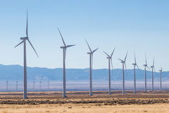 Rangées des moulins à vent dans la ferme de vent Photos libres de droits