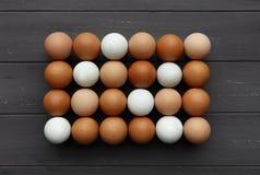 Rangées des oeufs frais de diverses couleurs, tir d'en haut sur le bois gris affligé photo stock