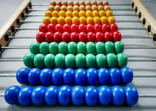 Rangées des perles en bois colorées de l'abaque pour que les enfants apprennent des maths photos libres de droits