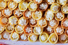 Rangées des petits pains ou des petits pains de pain doux fraîchement cuits au four avec le remplissage doux Photo libre de droits