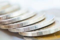 Rangées des pièces de monnaie pour des finances et le concept d'économie, investissement, économie Photos stock