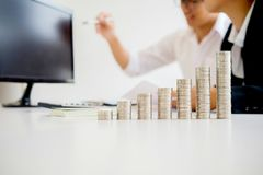 Rangées des pièces de monnaie pour le concept de finances et d'opérations bancaires avec l'homme d'affaires Photos libres de droits