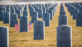 Rangées des pierres tombales chez Abraham Lincoln National Cemetary Image stock