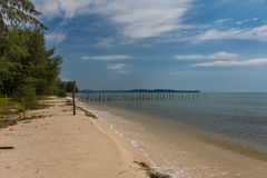 2 rangées des poteaux en bois sortent dedans à une mer calme de paradis d'a Photos stock