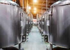 Rangées des réservoirs en acier pour la fermentation et la maturation de bière photos stock