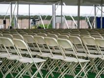 Rangées des sièges blancs avant un festival photographie stock