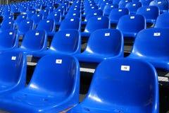 Sièges bleus sur le stade Image stock