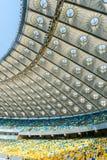 Rangées des sièges jaunes et bleus de stade Photographie stock libre de droits