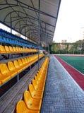 rangées des sièges sur le champ de sports photo libre de droits