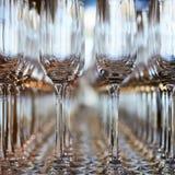 Rangées des verres de vin vides sur la table Images stock