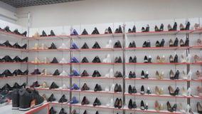Rangées douces de chaussure sur les étagères banque de vidéos