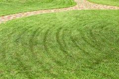 Rangées fraîchement fauchées de pelouse verte à la résidence de pays avec la voie cerclée Conception de paysage et concept de jar photo libre de droits