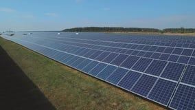 Rangées longitudinales de centrale solaire sur le pré Tiré sur le bourdon clips vidéos