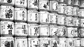 Rangées noires et blanches de saké Images libres de droits